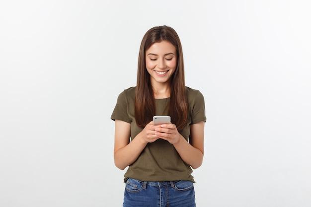 Rire femme parlant et textos sur le téléphone isolé sur un blanc. Photo Premium