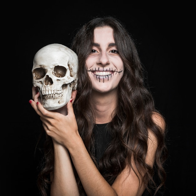 Rire femme tenant crâne Photo gratuit