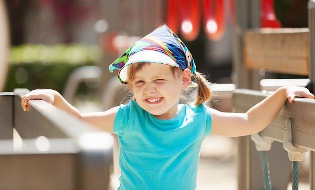 Rire fille dans la zone de jeux en journée ensoleillée Photo gratuit