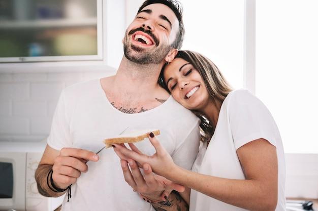 Rire les gens qui font le petit déjeuner ensemble Photo gratuit