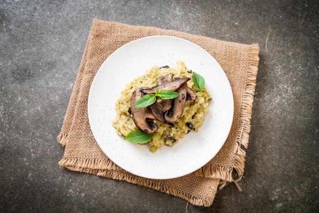 Risotto aux champignons avec pesto et fromage Photo Premium