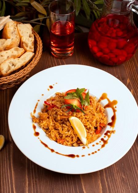 Risotto aux tomates et au curry avec herbes et légumes, citron. Photo gratuit