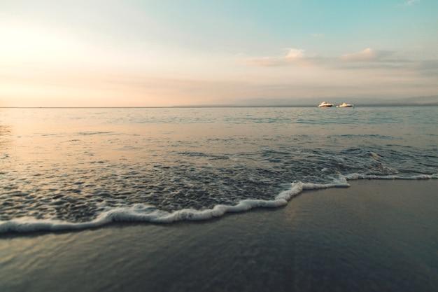 Rive d'azur au coucher du soleil Photo gratuit