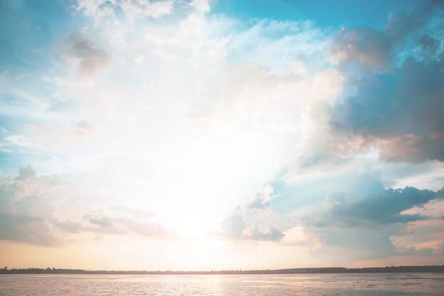 La rivière au coucher du soleil, style vintage pastel Photo Premium