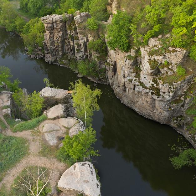 Rivière Dans Un Profond Canyon De Pierre Dans Le Village De Buky, Région De Tcherkassy, En Ukraine. Photo Premium