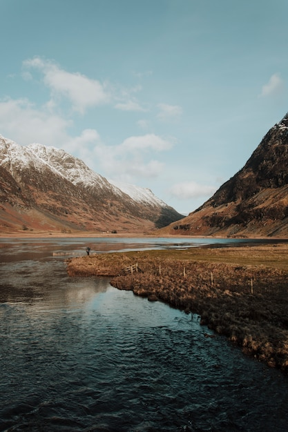 Rivière entre montagnes Photo gratuit