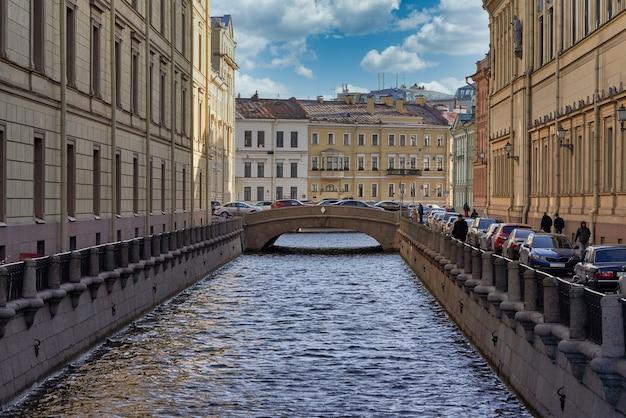 La Rivière Lebyazhya Kanavka. La Russie, La Ville De Saint-pétersbourg Contre Le Ciel Bleu Nuageux Photo Premium