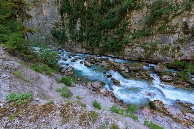 Rivière de montagne entre des falaises abruptes Photo Premium