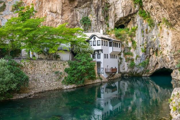 Une rivière souterraine dégagée émerge d'une grotte près d'une mosquée islamique Photo Premium
