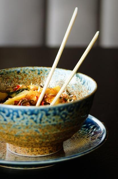 Riz asiatique au porc, champignons mu-err, chou napa, pousses de bambou marinées, épinards, teriyaki Photo Premium