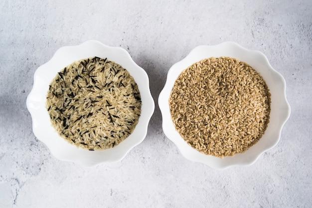 Riz blanc, brun et blanc dans des bols Photo gratuit