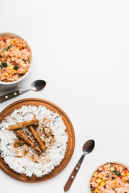 Riz chinois frit et vapeur avec des bâtons de cannelle sur fond blanc Photo gratuit