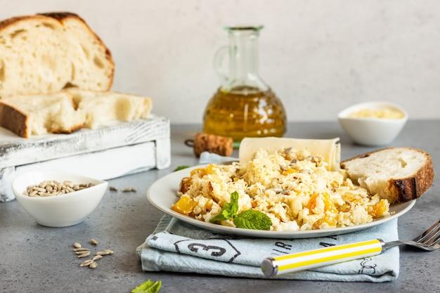 Riz de chou-fleur aux légumes (oignon et poivron). Photo Premium