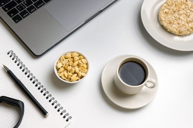 Riz Croustillant Aux Cacahuètes, Tasse De Café Près De L'ordinateur Portable, Moniteur De Fitness Et Ordinateur Portable. Photo Premium