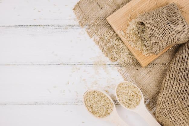 Riz en cuillères et sac Photo gratuit