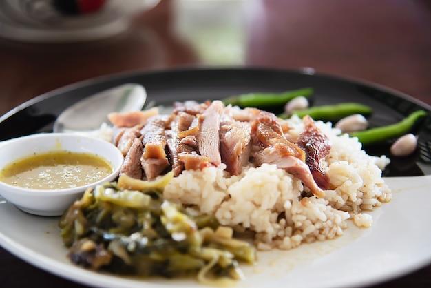 Riz avec cuisse de porc - célèbre recette traditionnelle thaïlandaise Photo gratuit