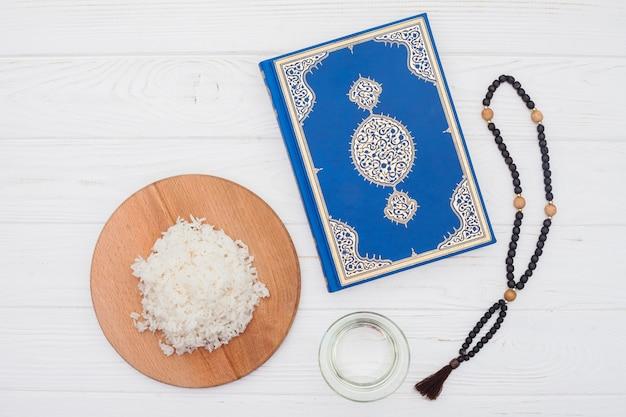 Riz cuit avec coran et perles Photo gratuit