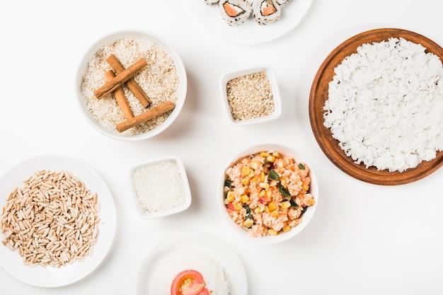 Riz cuit et non cuit sur fond blanc Photo gratuit