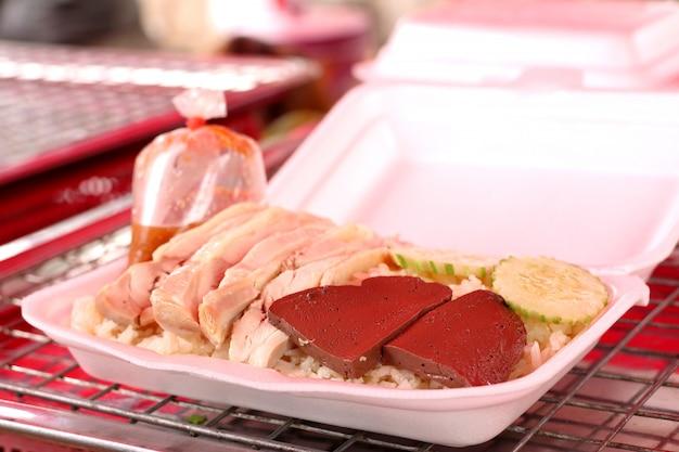 Riz cuit à la vapeur avec du poulet Photo Premium