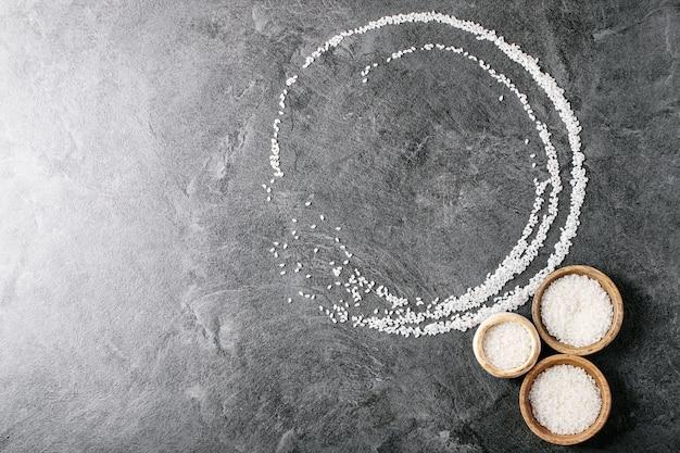 Riz dans des bols en bois et en céramique Photo Premium