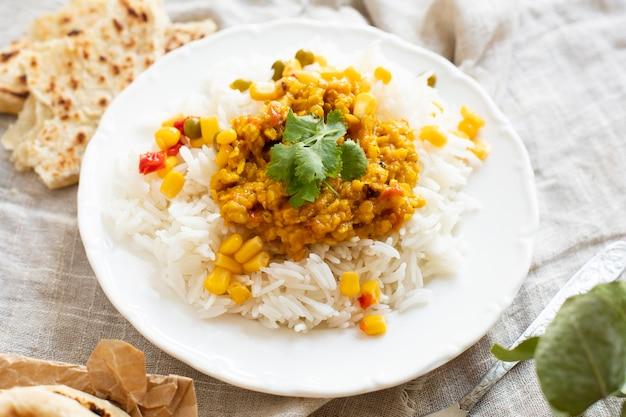 Riz élevé avec pois verts et maïs Photo gratuit