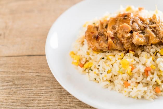 Riz frit au poulet grillé et sauce teriyaki Photo Premium