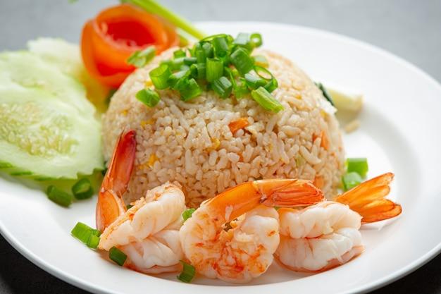 Riz Frit Aux Crevettes Américaines Servi Avec Sauce Au Chili De La Cuisine Thaïlandaise. Photo gratuit