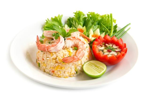 Riz frit aux crevettes décorer avec des légumes sculptés Photo Premium