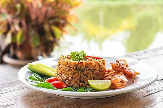 Riz frit aux crevettes sur une table en bois Photo Premium