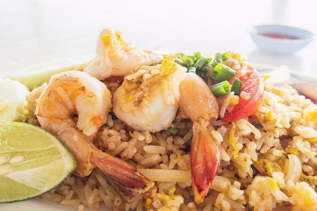 Riz frit aux crevettes Photo gratuit