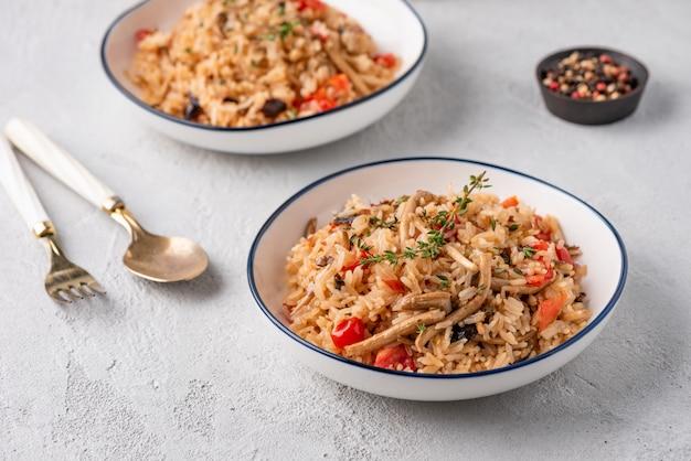 Riz frit à la tomate et aux champignons Photo Premium