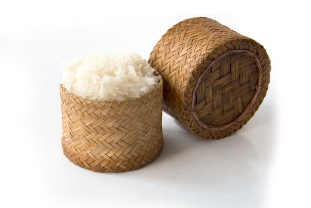 Riz Gluant, Riz Gluant Thaïlandais Dans Une Boîte De Style Ancien En Bois De Bambou Isolée Sur Fond Blanc Photo Premium