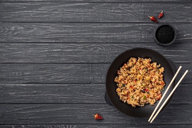 Riz Plat Et Légumes Sur La Plaque Avec Espace De Copie Photo gratuit
