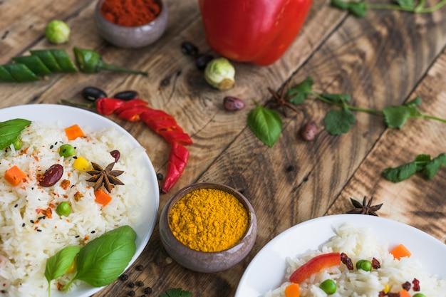 Riz savoureux aux épices sur une texture rugueuse altérée Photo gratuit