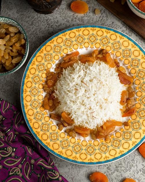 Riz traditionnel servi avec des fruits aigres Photo gratuit