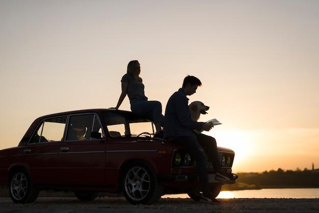 Road trip concept avec jeune couple Photo gratuit
