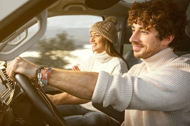 Road Trip Femme Et Homme Coup Moyen Photo gratuit