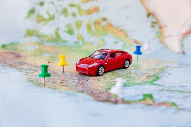 Road trip - voiture va sur la carte à travers le territoire des états-unis. Photo Premium