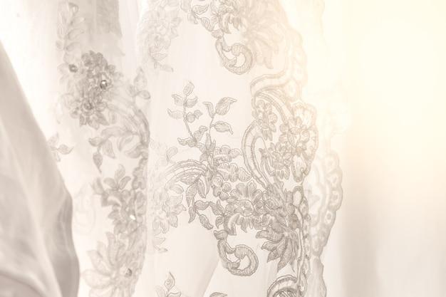 Robe en coton à rayures avec des bijoux concept de mariage utilisé comme arrière-plan Photo Premium