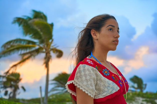 Robe d'embrayage fille mexicaine au coucher du soleil Photo Premium