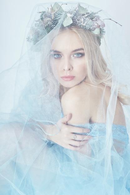 Robe éthérée bleue femme charmante fée, couronne Photo Premium