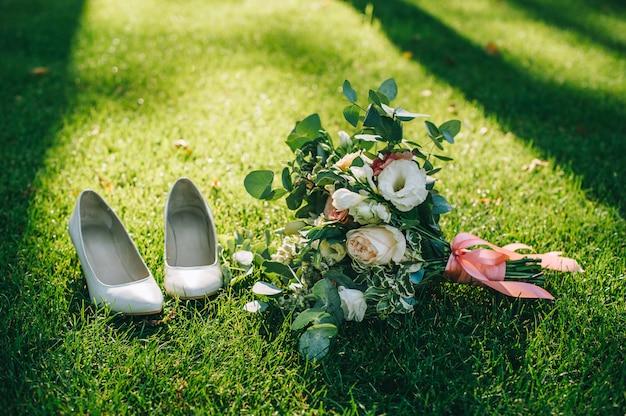 Robe de mariée, alliances, bouquet de mariée Photo Premium