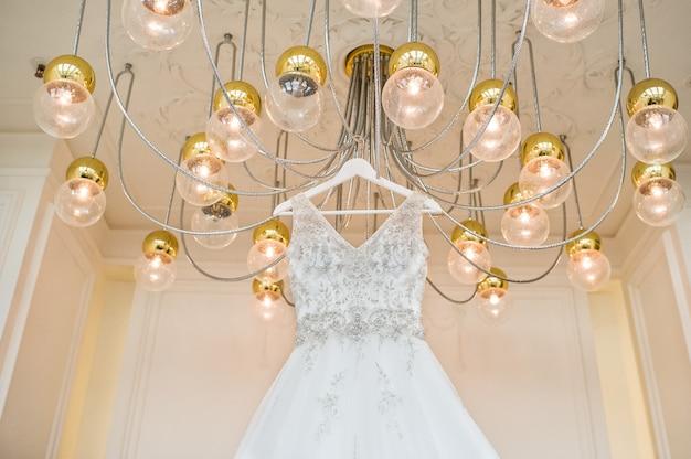 Robe de mariée en dentelle de luxe dans l'intérieur classique de l'hôtel Photo Premium