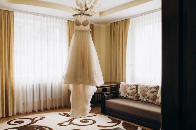 La Robe De Mariée Est Suspendue à Un Lustre Photo gratuit