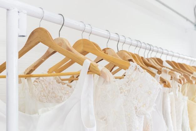 Robes de mariée sur un cintre. Photo Premium