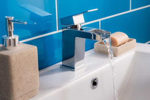 Robinet en acier neuf et moderne avec lavabo en céramique dans la salle de bain Photo gratuit