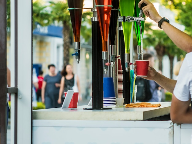 Robinet de bar en plein air en été, boissons dans la fête de rue Photo Premium