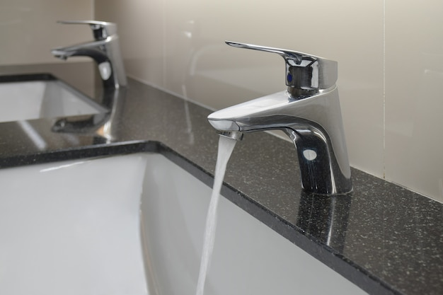 Robinet de style moderne avec lavabo sous le comptoir et toilettes Photo Premium