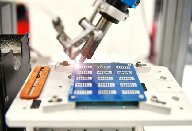 Robot automatique de haute technologie et moderne pour carte de circuit imprimé en usine Photo Premium
