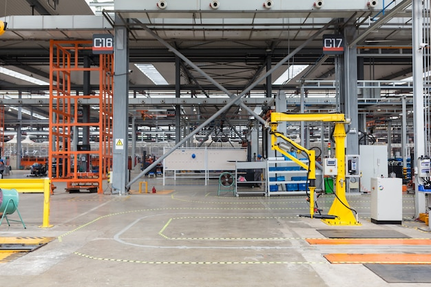 Robot De Prélèvement Industriel Au Travail. Intérieur De L'entrepôt De L'usine: Robot De Cueillette Industriel Au Travail, Pas De Personnes Photo Premium